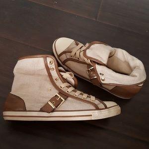 High top canvas fashion shoe